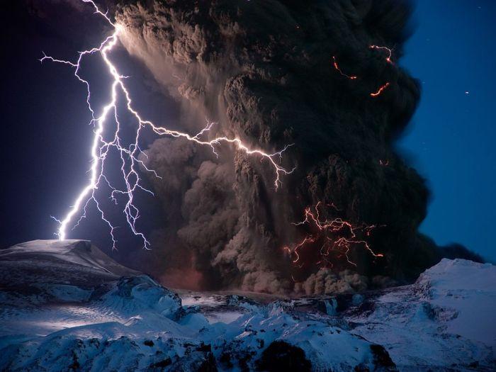 eyjafjallajokull-volcano-lightning-iceland_26742_990x742