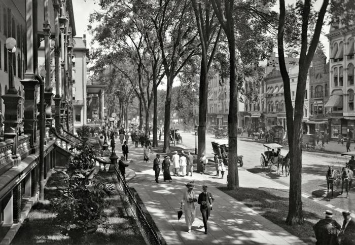 Saratoga Springs, New York, circa 1915. Broadway at the United States Hotel.