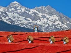 Lijiang_Yunnan_China-Naxi-people-carrying-baskets-01